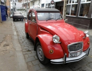 City ​​tour by vintage car 2CV